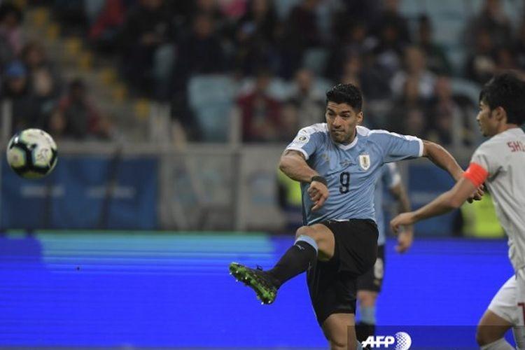 Striker timnas Uruguay, Luis Suarez, melesakkan tembakan pada laga kontra Uruguay di Grup C Copa America yang digelar di Stadion Gremio Arena, Porto Alegre, Brazil, 21 Juni 2019.