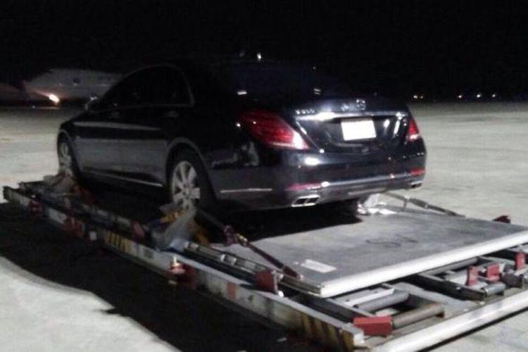 Kendaraan milik Raja Salman yang diturunkan dari pesawat pengangkut di Bandara Halim Perdanakusuma.