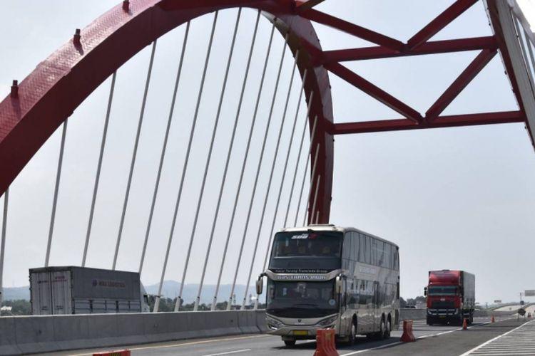 Bus Scania K410IB milik PO Putera Mulya Sejahtera yang mengklaim diri sebagai bus trans Jawa pertama, melintasi Jembatan Kali Kuto di ruas tol Semarang-Batang.