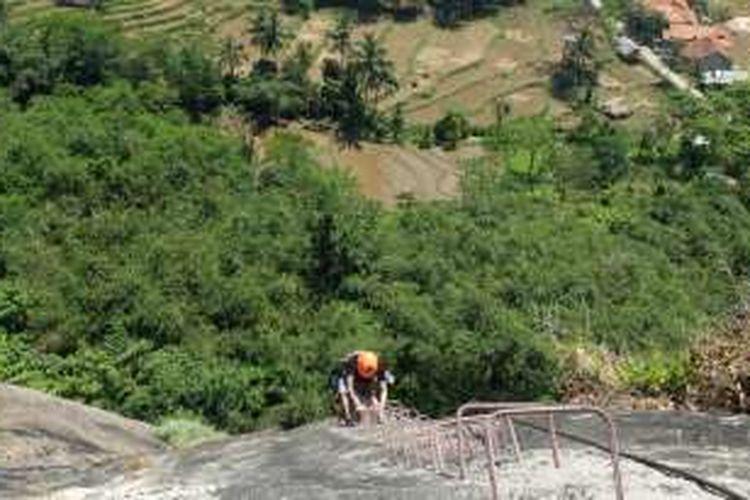 Gunung Parang di Kabupaten Purwakarta, Jawa Barat, awalnya merupakan destinasi rock climbing populer di kalangan pemanjat tebing. Namun semenjak jalur via ferrata dibuka awal 2016, panjat tebing kini menjadi rekreasi.