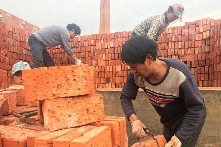 Pabrik batu bata di China berutang gaji puluhan karyawannya dan memutuskan membayar mereka menggunakan batu bata.