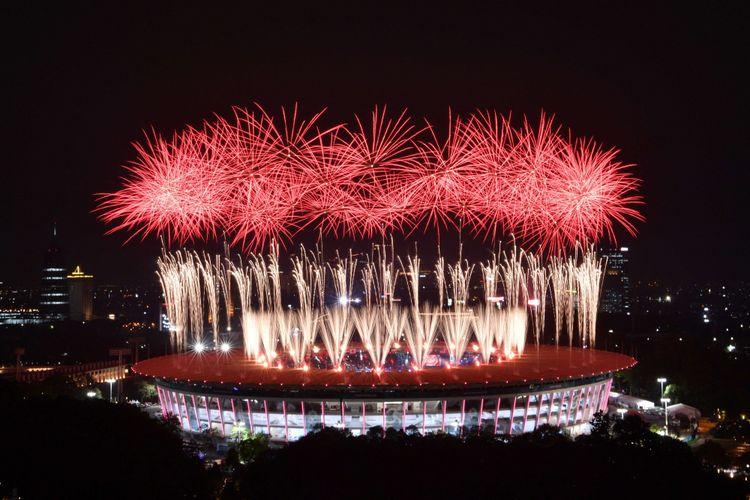 Pesta kembang api menyemarakkan Upacara Pembukaan Asian Games ke-18 Tahun 2018 di Stadion Utama Gelora Bung Karno, Senayan, Jakarta, Sabtu (18/8). Upacara pembukaan Asian Para Games 2018 dijanjikan akan semeriah Asian Games 2018.