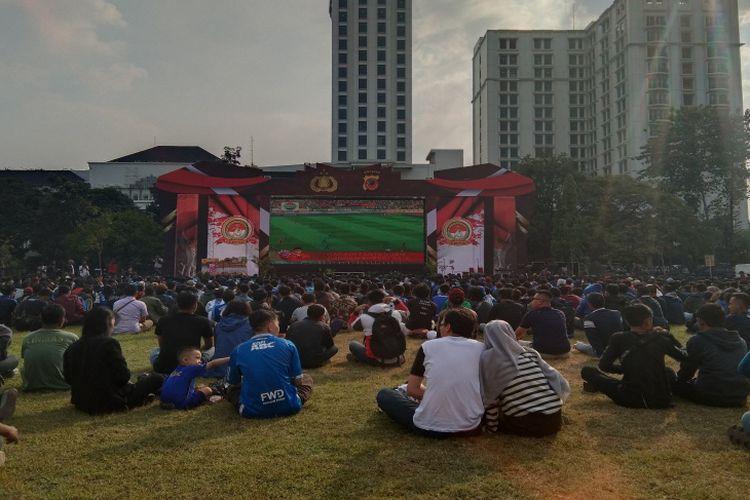 Ratusan Bobotoh menyaksikan pertandingan Persija vs Persib di Lapangan Gasibu, Kota Bandung, Rabu (10/7/2019).