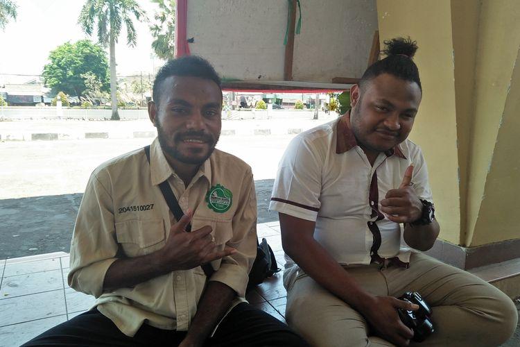 Jhon Meshak (kiri) dan Aldo Yoku, dua mahasiswa UISI asal Papua.