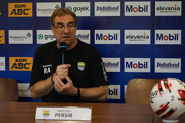 Pelatih Persib Bandung, Robert Rene Alberts, dalam konferensi pers uji tanding Persib vs Melaka United, di Graha Persib, Kota Bandung, Jumat (31/1/2020).