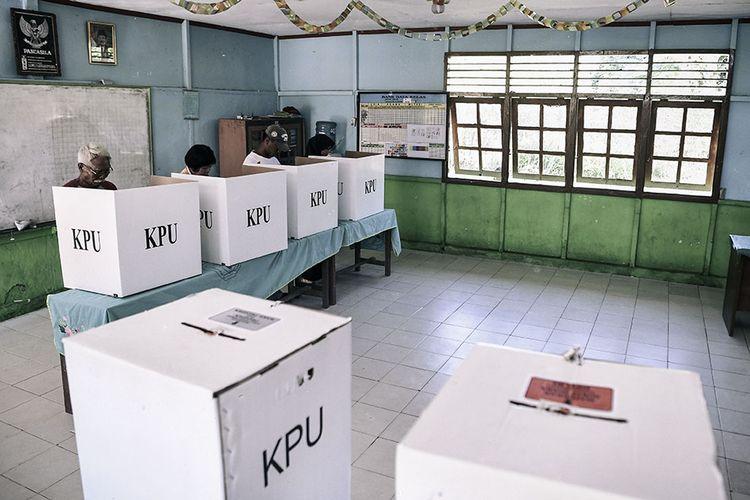 Foto dirilis Kamis (16/5/2019), menunjukkan mantan tahanan politik Diro Utomo (kiri) dan anak dari tahanan politik Sugiharti (kedua kiri) melakukan pencoblosan saat Pemilu 2019 di Savana Jaya Pulau Buru, Maluku. Pulau Buru menjadi lokasi tempat pemanfaatan (Tefaat) yang kemudian berubah menjadi Inrehab (Instalasi Rehabilitas) para tahanan politik yang ditangkap pasca-G30S/PKI untuk dimanfaatkan membangun kawasan persawahan.