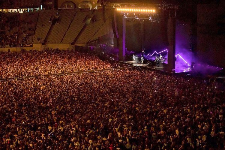 Konser Six60 di Eden Park, Auckland, Sabtu (24/4/2021) menghadirkan 50.000 penonton tanpa masker dan tanpa jarak sosial. Konser ini disebut sebagai konser terbesar di dunia setelah pandemi Covid-19 melanda.