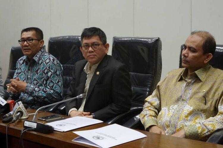 Pimpinan Pansus hak angket KPK: Wakil Ketua Pansus Risa Mariska, Ketua Pansus Agun Gunandjar Sudarsa, serta Wakil Ketua Pansus Taufiqulhadi dan Dossy Iskandar Prasetyo (paling kiri ke kanan) di Kompleks Parlemen, Senayan, Jakarta, Kamis (8/6/2017).