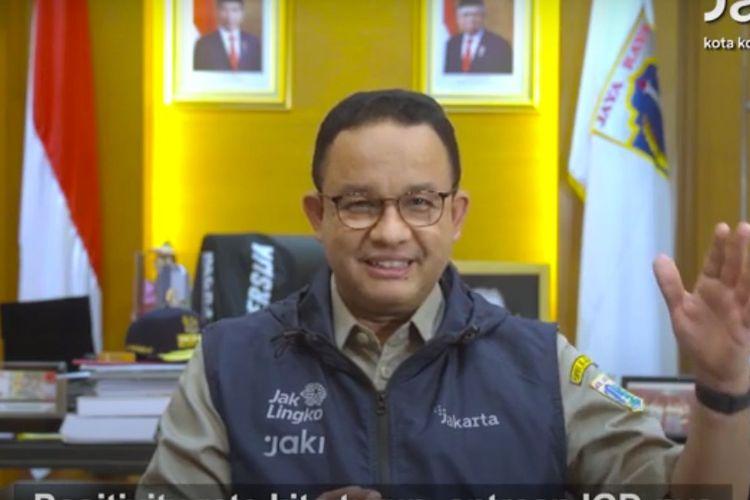 Gubernur DKI Jakarta Anies Baswedan tersenyum saat menjelaskan kondisi rumah sakit di Jakarta yang mulai lengang oleh antrean pasien Covid-19, Senin (26/7/2021)