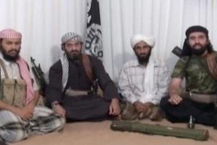 Dalam foto yang diambil dari sebuah video ini nampak pimpinan Al Qaeda Semenanjung Arab (AQAP) Nasser al-Wuhaysi (kedua dari kanan).