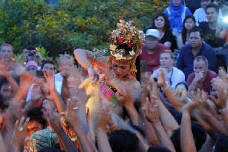 Pertunjukan tari kecak di Uluwatu, Bali, Kamis (6/6/2013). Tari kecak yang dimainkan tiap hari di pura ini bisa menyedot hampir seribu penonton.
