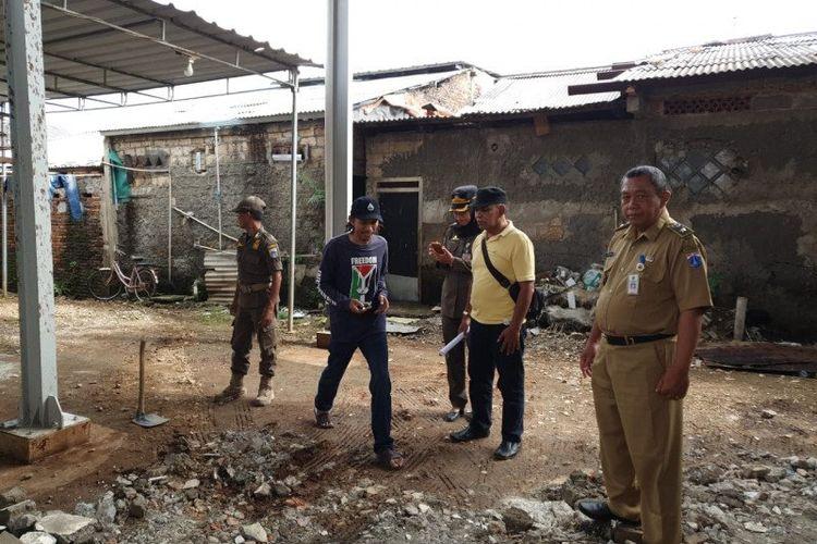 Lurah Munjul, Sumarjono, melakukan inspeksi ke lokasi semburan tinja dari dalam truk septic tank di RT04 RW08, Kelurahan Munjul, Kecamatan Cipayung, Jakarta Timur, Senin (9/3/2020).