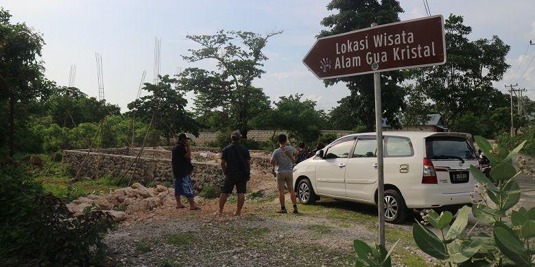 Wisatawan berada di tempat parkir obyek wisata alam Goa Kristal di Desa Bolok, Kecamatan Kupang Barat, Kabupaten Kupang, Nusa Tenggara Timur, Minggu (9/12/2018). Goa Kristal bisa ditempuh sekitar 45 menit arah barat Kota Kupang dengan kendaraan roda dua.