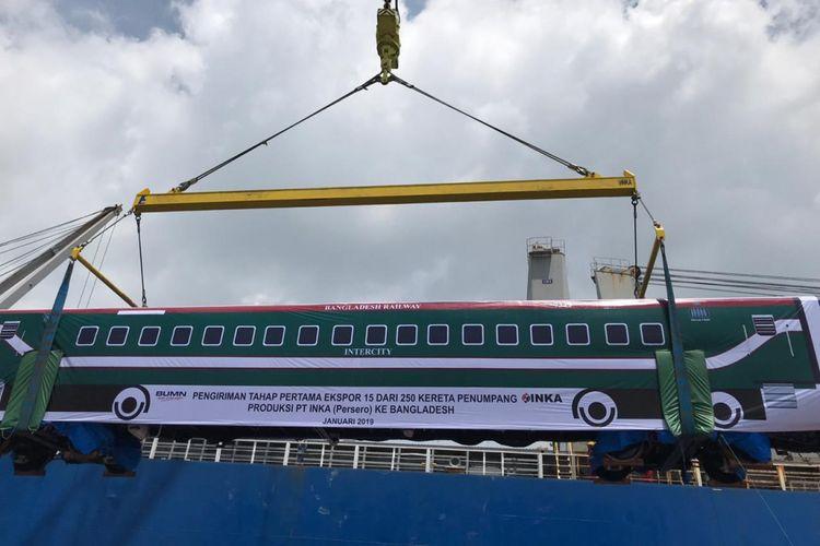 Pengiriman gerbong kereta api produksi PT INKA ke Bangladesh melalui Pelabuhan Tanjung Perak Surabaya, Minggu (20/1/2019)