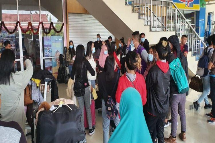 Puluhan mahasiswa asal Sulut berada di pintu kedatangan Bandara Sam Ratulangi Manado sesaat kembali dari China