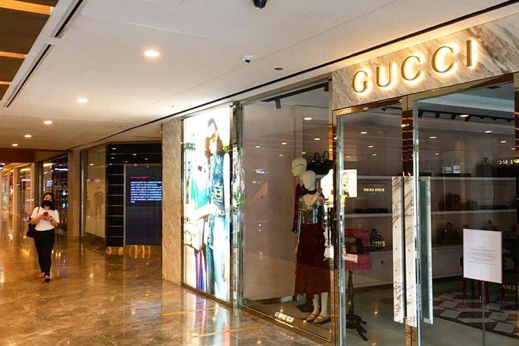 Sesuai dengan arahan kebijakan circuit breaker atau separuh lockdown, toko-toko non-esensial diperintahkan untuk menghentikan operasionalnya hingga 5 May. Salah satunya adalah toko tas mahal Gucci di pusat perbelanjaan premium Paragon Mall, Orchard Road, Singapura