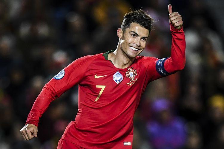 Penyerang Portugal Cristiano Ronaldo memberikan acungan jempol dalam pertandingan Kualifikasi Grup B Euro 2020 antara Portugal vs Lituania di Stadion Algarve di Faro pada 14 November 2019.