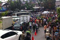 Warga Tumpah Ruah, Jalan Sekitar Pasar Blok G Macet Parah