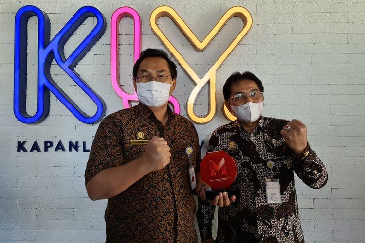Direktur Jenderal (Dirjen) Prasarana dan Sarana Pertanian (PSP) Kementerian Pertanian (Kementan) Sarwo Edhy (kanan) mewakili Menteri Pertanian (Mentan) Syahrul Yasin Limpo (SYL) menerima Merdeka Award di Kantor KapanLagi Youniverse (KLY), Jakarta, Selasa (31/3/2021).