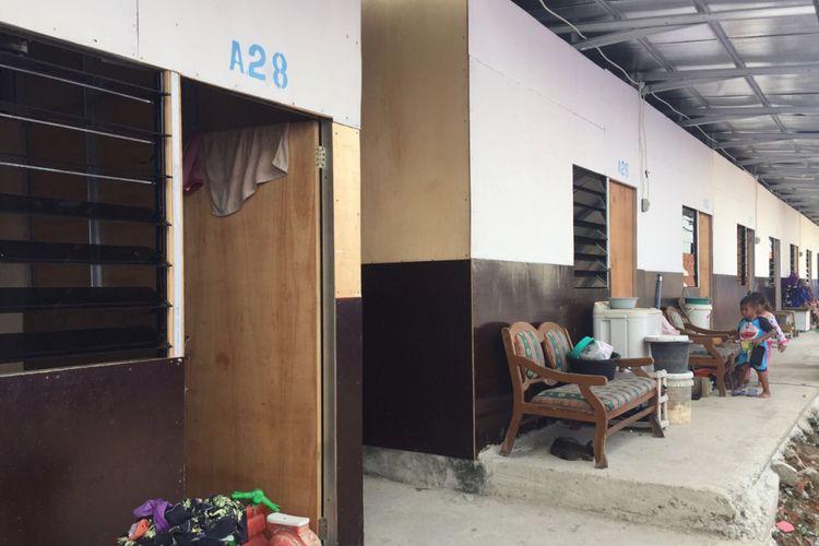 Sebuah shelter bernomor A28 di Kampung Akuarium, Penjaringan, Jakarta Utara menjadi saksi perjuangan suami istri,  Dedek (39) dan  Sulastri (37), membesarkan M Fahri (9), bocah laki-laki yang sejak dalam kandungan menderita mikrosefalus, Kamis (8/3/2018).