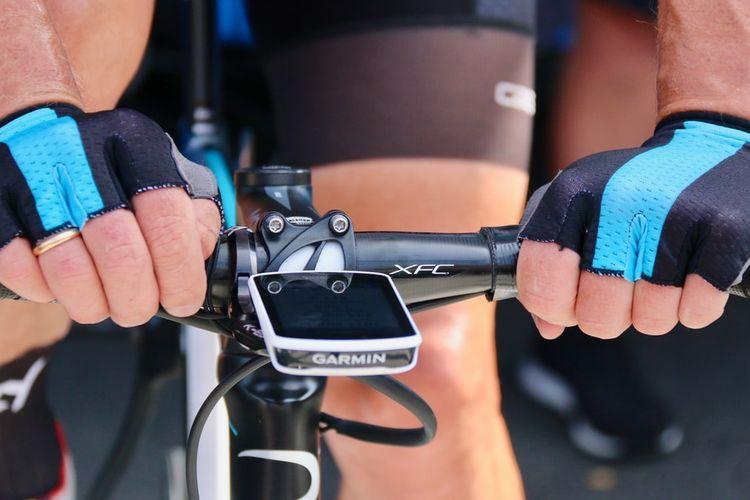 Ilustrasi pegangan tangan pada stang saat bersepeda.