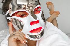 Mengenal Tren Terapi Cahaya dengan Masker LED untuk Kulit Wajah