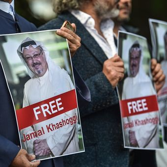 Massa demonstran menuntut pembebasan jurnalis Arab Saudi Jamal Khashoggi yang dikabarkan hilang sejak memasuki gedung konsulat Saudi di Istanbul pada Selasa (2/10/2018).