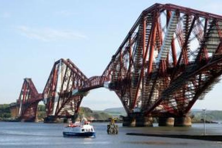 Forth Bridge atau Jembatan Forth berada di atas Firth of Forth di timur Skotlandia hingga ke timur Forth Road Bridge yang menghubungkan hingga 14 km dari pusat Edinburgh. Jembatan sepanjang 2.528,7m ini dibuka untuk umum pada 4 Maret 1890 silam.