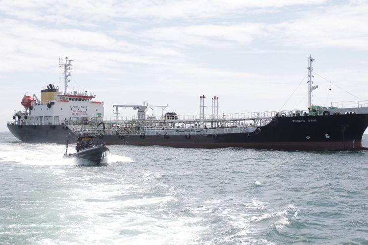 TNI Angkatan Laut (AL) menangkap kapal tanker berbendera Panama, MT Zodiac Star di Perairan Pulau Tolop, Batam, Kepulauan Riau.