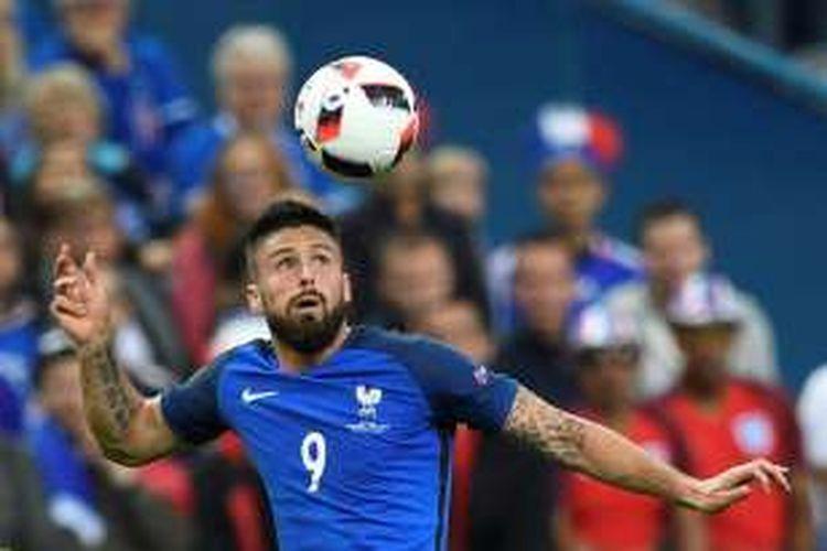 Striker Perancis, Olivier Giroud, menanduk bola saat timnya melawan Islandia pada perempat final Piala Eropa di Stade de France, Minggu (3/7/2016).