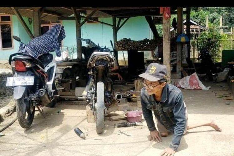 Keterbatasan fisik tak menyurutkan semangat Saman (57). Pria paruh baya asal Cianjur, Jawa Barat ini gigih dalam bekerja.