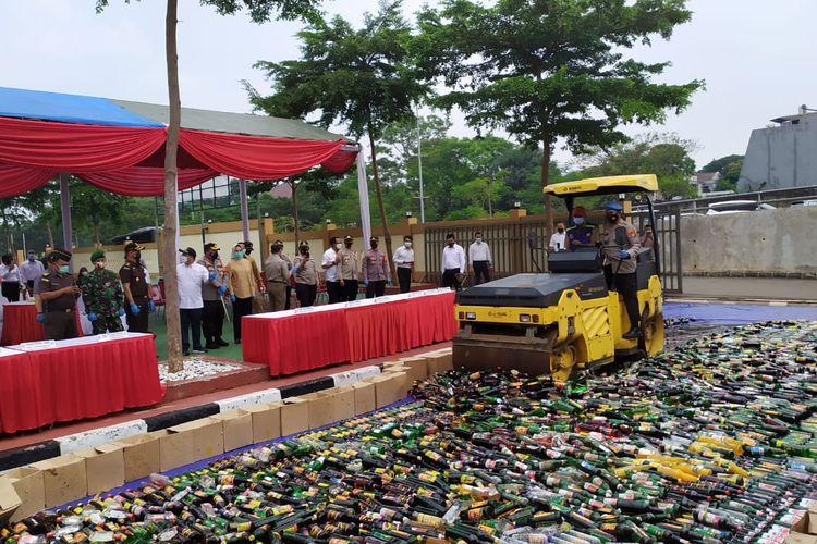 Proses pemusnahan 4.000 minuman keras menggunakan alat berat (vibratory roller) di Mapolresta Tangerang Selatan, Senin (19/4/2021).