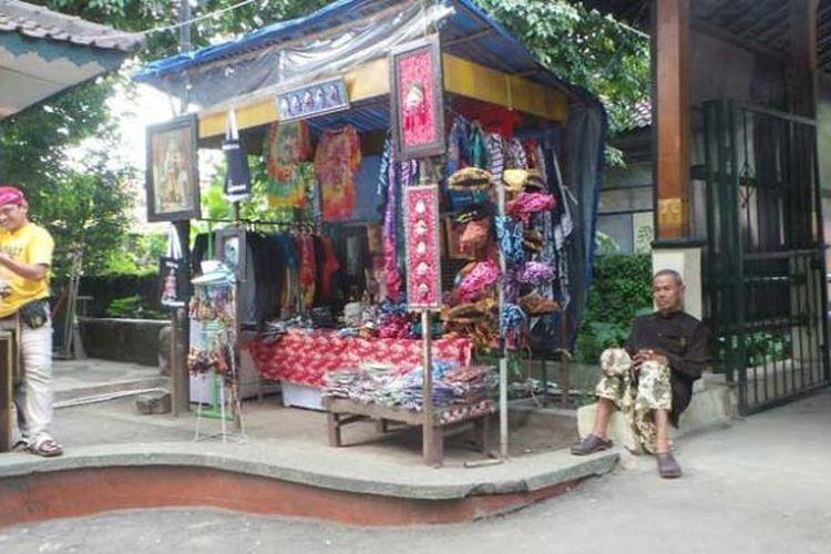 Penjualan beragam cenderamata di depan Keraton Kasepuhan Cirebon, Jawa Barat, Selasa (29/3/2016). Tersedia blankon ikat, blankon abdi dalem, kalung, gelang, sandal, kaus, lukisan kaca, hingga gantungan kunci.