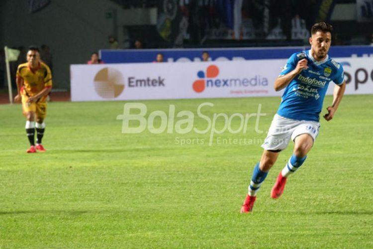 Aksi penyerang Persib asal Argentina, Jonathan Bauman saat timnya menjamu Mitra Kukar pada pekan ketiga Liga 1 2018 di Stadion GBLA, Kota Bandung, 8 Maret 2018.