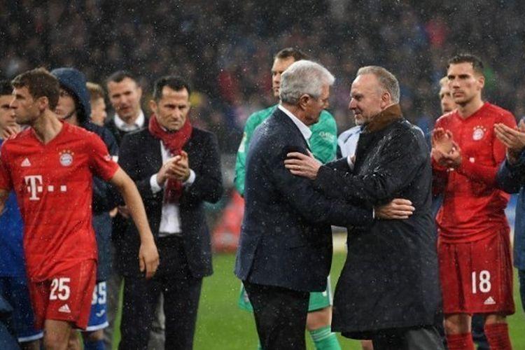 Dietmar Hopp menyalami Karl-Heinz Rummenigge pada laga Hoffenheim vs Bayern Muenchen yang digelar di PreZero Arena, Sabtu (29/2/2020).