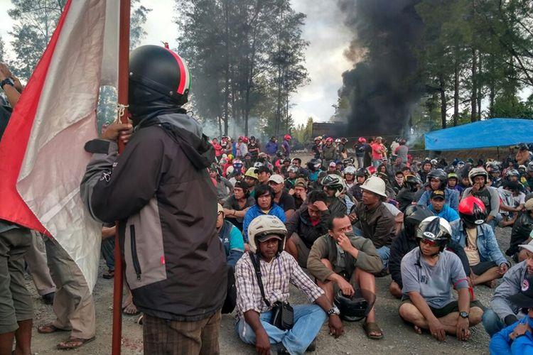 Sejumlah karyawan korban PHK PT Freeport Indonesia berunjuk rasa di Check Point Mile 28, Timika, Papua, Sabtu (19/8/2017). Karyawan korban PHK tersebut kecewa karena persoalan hubungan industrial antara pekerja dan manajemen PT Freeport Indonesia tidak kunjung selesai.