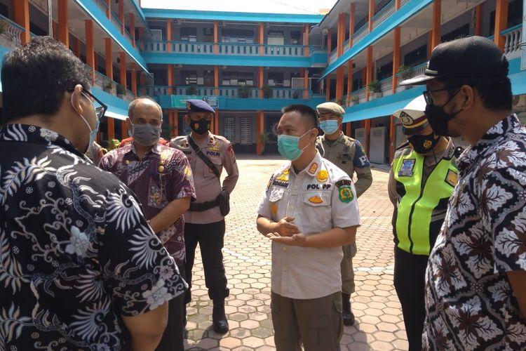 Tim gabungan Satgas Covid-19 merazia salah satu sekolah di kawasan Jalan KL Yos Sudarso, Kecamatan Medan Barat karena dilaporkan melakukan pembelajaran tatap muka, Kamis (26/8/2021).