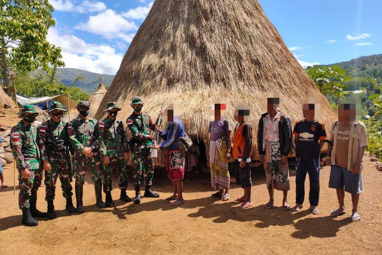 Senjata api diserahkan ketua adat di Desa Tubu, Kecamatan Bikomi Nilulat, Kabupaten Timor Tengah Utara (TTU), NTT kepada anggota TNI