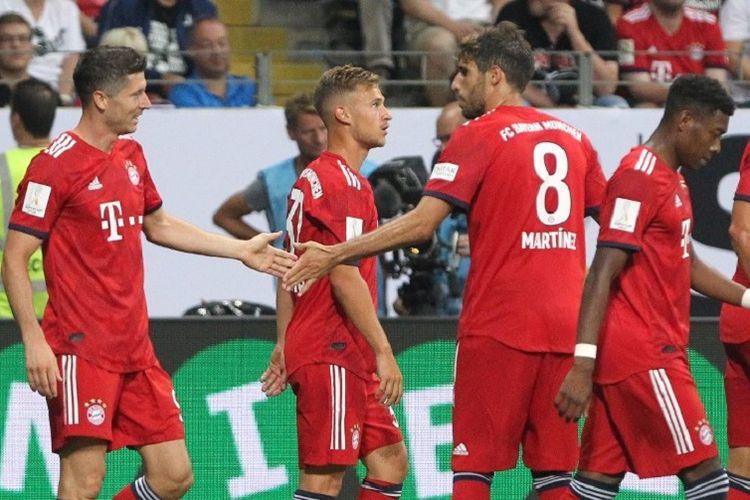 Robert Lewandowski mendapat selamat dari Javi Martinez, Joshua Kimmich, dan Kingsley Coman seusai mencetak hat-trick pada pertandingan Piala Super Jerman antara Bayern Muenchen dan Eintracht Frankfurt di Commerzbank Arena, 12 Agustus 2018.