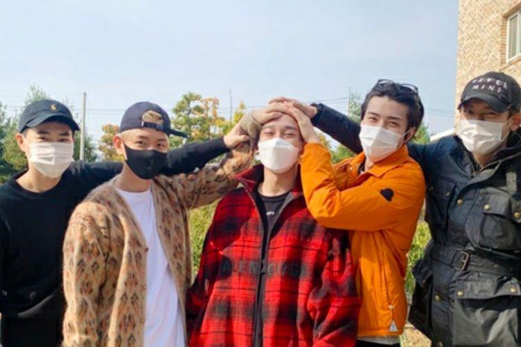 Para member EXO mengantar Chen yang masuk wajib militer pada 26 Oktober 2020.