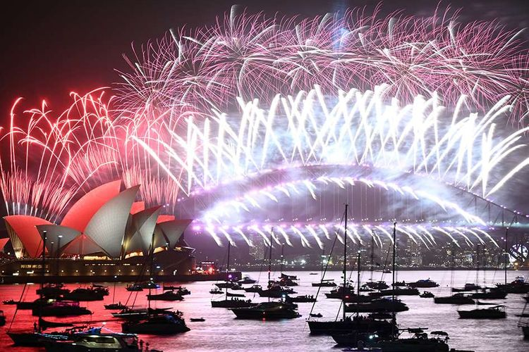Pertunjukan kembang api malam tahun baru 2020 di atas Harbour Bridge dan Opera House, Sidney, Australia, Rabu (1/1/2020). Seperti tahun-tahun sebelumnya, semarak pesta kembang api masih mendominasi perayaan malam pergantian tahun di berbagai belahan dunia.