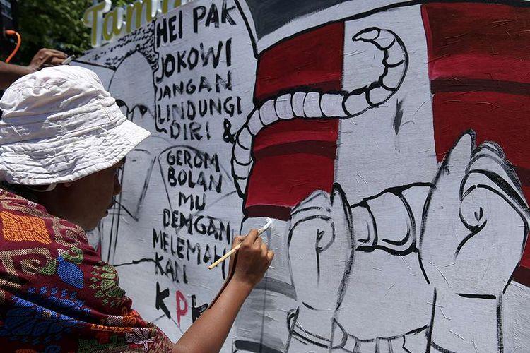 Seniman dan aktivis dari berbagai LSM yang tergabung dalam Koalisi Masyarakat Sipil Aceh melakukan aksi tolak revisi undang-undang (UU) KPK di tugu Taman Bustanus Salatin, Kota Banda Aceh, Selasa (17/9/2019). Aksi yang disalurkan melalui berorasi, baca puisi, melukis mural, serta bernyanyi itu digelar sebagai bentuk penolakan revisi UU KPK yang dilakukan DPR dan telah disetujui oleh Presiden Joko Widodo.