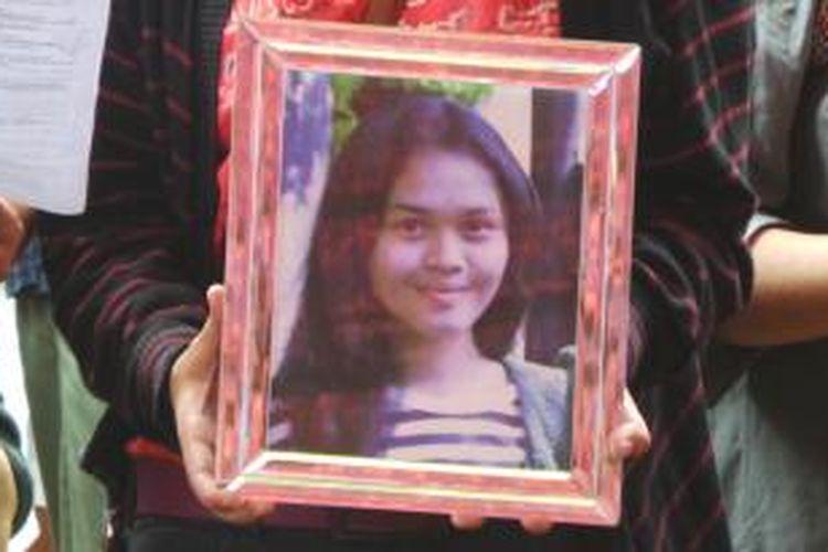 Ade Sara Angelina Suroto (19), mahasiswa yang dibunuh mantan kekasihnya Ahmad Imam Al Hafitd (19). Mayat Ade dibuang di tol JORR ruas Bekasi, kilometer 41, Jawa Barat.  Ahmad dibantu Assyifa Ramadhani (19), kekasih barunya.
