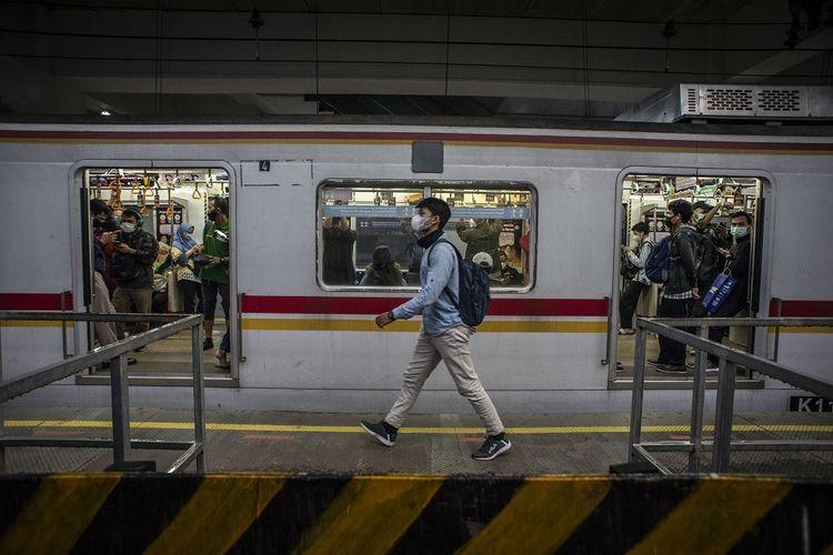 Penumpang berada di dalam rangkaian kereta rel listrik (KRL) di Stasiun Manggarai, Jakarta, Kamis (6/5/2021). KAI Commuter membatasi layanan operasional perjalanan KRL Commuter Line Jabodetabek mulai tanggal 6-17 Mei 2021 dengan menggeser jam operasi KRL Jabodetabek dari normalnya 04.00-22.00 WIB menjadi 04.00-20.00 WIB sementara untuk Stasiun Rangkasbitung, Citeras, Maja, dan Cikoya tidak akan melayani naik turun pengguna KRL. ANTARA FOTO/Aprillio Akbar/foc.