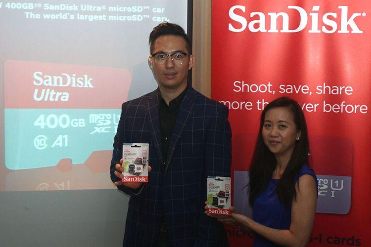 Idris Effendi, Country Manager Client Solutions Western Digital Indonesia (kiri) dan Karen Lee Product Marketing Manager Western Digital APAC memperkenalkan kartu penyimpan data microSD berkapasitas 400 GB di Jakarta, Selasa (19/9/2017).