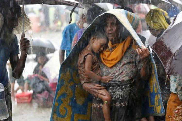 Di tengah guyuran hujan, pengungsi Rohingya tertahan di perbatasan Myanmar-Bangladesh. Foto diambil pada 31 Agustus.