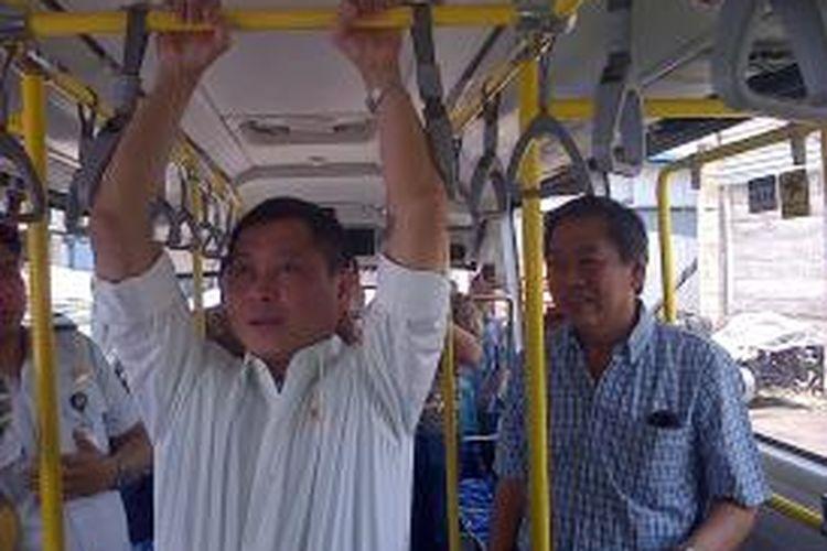 Menteri Perhubungan Ignasius Jonan melakukan aksi Pull Up untuk menjajal kekuatan Handrail BRT yang akan diproduksi massal di perusahaan perakitan otobus Laksana, di jalan Semarang Solo Km 24.5 Babadan Ungaran