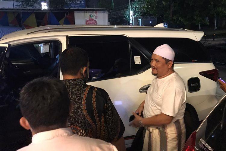 Korban (berpeci putih) memberi keterangan berkait aksi pencuri yang mengambil cek senilai Rp 43,9 miliar dan uang Rp 550 juta dengan cara memecahkan kaca mobil Toyota Fortuner warna putih berpelat A 1629 KQ di Kemang, Jakarta Selatan, Rabu (22/7/2020).