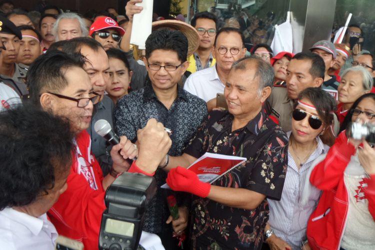 Ketua KPK Agus Rahardjo dan massa penolak hak angket DPR di Gedung KPK Jakarta, Kamis (15/6/2017).