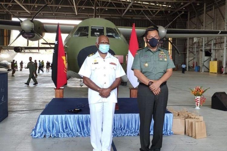Kepala Badan Intelijen Strategis TNI, Letjen TNI Joni Supriyanto menyerahkan mesin pesawat CASA milik angkatan pertahanan Papua Nugini jenis CT 7-9C yang berhasik diperbaiki.